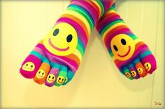 Happy colors for the feet. Tomas Moro, Looks Style, My Style, Blogging, Happy Birthday Love, Happy Photography, Toe Socks, Crazy Socks, Silly Socks