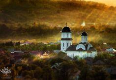 Fotógrafo aproveita primeiros raios de sol da manhã para conseguir o clique perfeito de campos e colinas na Transilvânia