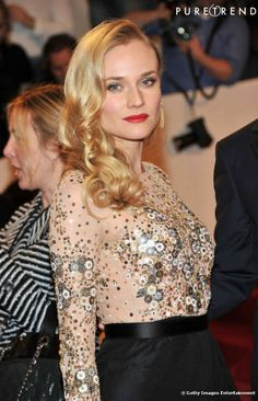 Diane Kruger prouve que la classe rime avec simplicité avec sa chevelure blonde bouclée et portée sur le côté. Une idée à suivre pour une co...