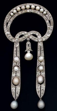 PIN shaped ribbon bow in openwork platinum, two pendants, entirely set with old cut diamond and pearls, some pear shaped.  French, around 1915.
