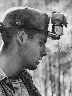 Eighteen-year-old coal miner Ray Martin. Islom Kentucky By John Dominis [for Life magazine] Appalachian People, Appalachian Mountains, Photos Du, Old Photos, Vintage Photographs, Vintage Photos, Man In The Maze, John Wright, Coal Miners