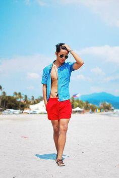 short masculino casual vermelho moda praia Boy Poses, Male Poses, Studio Photography Poses, Beach Poses, Summer Outfits Men, Men Beach, Tomboy Fashion, Style Fashion, Photography Poses