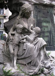 I believe I saw this at Cimitere Pere-Lachaise. Statue opposite it is an allegory of Hope.