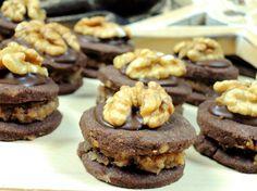 Babiččiny dortíčky s ořechovou náplní, čokoládou a ořechem navrch jsou vzpomínkou na mé dětství. Bylo to mé nejoblíbenější cukroví. Časem se ovšem dočkaly několika vylepšení.