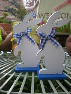 VINTAGE SHABBY CHIC EASTER BUNNY WOODEN FIGURES WHITE AND CHINA BLUE DECORATION £6.99 FOR A 2 PACK