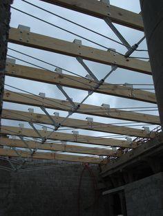 Cubierta de madera con tensores de acero, en construcción. Casa en Jurica Querétaro, Arq. Arturo Ríos