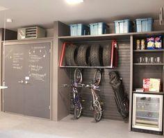 Beau look pour le garage avec tableau à craies pour note.