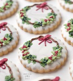 Cute Christmas Cookies Edition - The best fun, decorated royal icing Christmas cookie ideas. Cute ideas for a gift exchange, for kid - Christmas Wreath Cookies, Christmas Sweets, Christmas Cooking, Noel Christmas, Holiday Cookies, Holiday Treats, Christmas Recipes, Christmas Parties, Holiday Recipes
