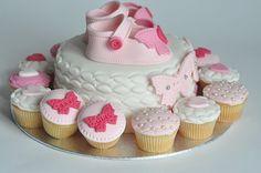 Magnifique gâteau entouré de cup-cakes