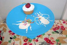 Nevermind making your own cake stands from old plates, painting silhouettes on them is even better! <3