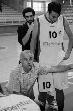 Dupla técnica lucentina. Carlos Vallejo mesa su barba, Toni Martorell exige concentración en el próximo ataque. #UALucentum 46-80 #BasquetGandia. 21 de septiembre. #LigaValenciana