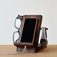 5 Diy Phone Stand You Can Make Easy By Yourself - Ipod Stand - Ideas of Ipod Stand - diy headphone stand diy cellphone stand diy smartphone stand diy phone stand binder clips diy phone stand for desk diy phone stand cardboard diy phone stand paper clip Diy Headphone Stand, Diy Phone Stand, Wood Phone Stand, Wooden Phone Holder, Iphone S6 Plus, Iphone Phone, Wood Projects, Woodworking Projects, Woodworking Wood