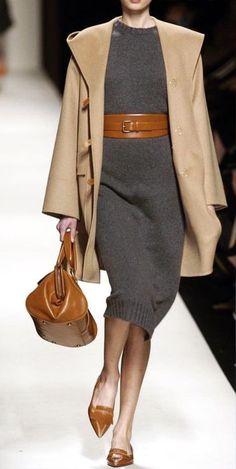 Le moins que l on puisse dire, c est que cette tenue haute-couture veste,  robe-pull, sacs et petits talons fait de l effet. La petite touche en plus  est ... ffb3054e9d7