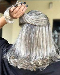 Femme 50 ans - Naturally White Silver Grey Hair : O platinado que você respeita! Grey Hair Don't Care, Long Gray Hair, Grey Hair Beard, Grey Hair Transformation, Silver White Hair, White Blonde, Gray Hair Highlights, Medium Hair Styles, Long Hair Styles