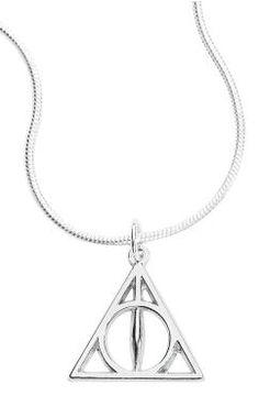 Harry Potter - Deathly Hallows -kaulakoru - hopean värinen Kuoleman varjelukset -riipus - säädettävän ketjun pituus 43-48 cm - ketjun leveys 0,15 cm - riipuksen halkaisija 1,7 cm - karabiinilukko - nikkelitöntä, hopeoitua kuparia - pidettävä kuivana Harry Potter jahtaa ystävineen kuoleman varjeluksia, jotka ovat seljasauva, elpymyskivi ja näkymättömyysviitta. Jos sinäkin etsit niitä, tässä on sinulle juuri oikea kaulakoru. Hopean värinen koru on Harry Potterista tuttu Deathly Hallows…