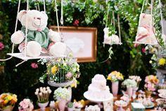 Na festinha da Maria Julia, as ursinhas partiram para uma incrível aventura em um bosque encantado! A decoração ficou por conta de Raquel Furtado, que crio