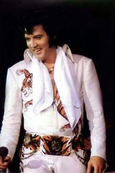 {*Gorgeous Elvis in the 70s*}