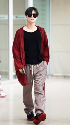"skyf1ucker on Twitter: ""181021 ICN 도착 #iKON #jinhwan #JINHWAN #진환 #김진환 #ジナン 블랙 is 빨간 맛 🤟🏻HQ🤟🏻… "" Chanwoo Ikon, Kim Hanbin, Ringa Linga, Pop Fashion, Mens Fashion, Yg Entertaiment, Hip Hop, Asian Babies, Polka Dots"