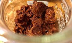 In questa ricetta prepariamo un crumble. Mescolate insieme alle nocciole tritate tutti gli ingredienti, non dimenticandovi il cacao!