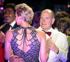 Princess Charlene wore Atelier Versace Fish Scale Sequin v-neck gown at Monte Carlo Sporting Club for Gala of the Red Cross of Monaco Prince Albert, Monte Carlo, A Royal Night Out, Monaco Royal Family, 70th Anniversary, Atelier Versace, Red Cross, Queen Elizabeth Ii, Royalty