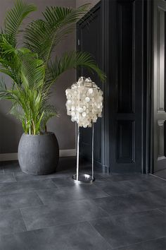this modern floor in tile look gives your rooms a stylish loo - The world's most private search engine Foyer Flooring, Grey Flooring, Stone Flooring, Floors, Patio Tiles, Outdoor Tiles, Grey Slate Tile, Waiting Room Design, Grey Kitchen Floor