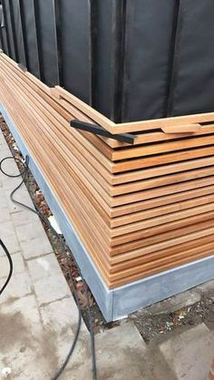The slats were planed 27x39mm and were nailed with stainless steel nails (stainless steel). High-quality material. The corners were very nicely finished, the ends were cut off nicely at 45 ° degrees and placed in miter. Composite works in length, wood works (almost) not in length, so you can finish it nicely.
