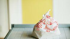 お気に入りの布で手作りしちゃお♡「巾着袋」の作り方とみんなのおしゃれ巾着 | キナリノ Diy And Crafts, Fabric, Pattern, Kids, Handmade, Decor, Sewing Ideas, Tela, Pattern Books