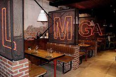 Interior Bistro, Cafe Interior Design, Design Bar Restaurant, Deco Restaurant, Hookah Lounge Decor, Shoe Store Design, Garage Furniture, Classic Living Room, Signage Design