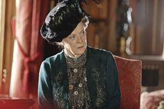 #MaggieSmith nei panni della Contessa Madre di Grantham in una scena della seconda stagione di #DowntonAbbey, disponibile in DVD e dal 20 novembre anche in un esclusivo cofanetto con la prima stagione