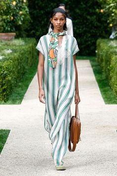Tory Burch Spring 2019 Ready-to-Wear Fashion Show Collection: See the complete Tory Burch Spring 2019 Ready-to-Wear collection. Look 9 Women's Runway Fashion, Fashion Models, Womens Fashion, Fashion Edgy, Fashion Brands, Tory Burch, Modelos Fashion, Celebrity Outfits, Trends