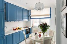 Szimpla, de nem unalmas lakberendezésre példa egy 55m2-es kétszobás lakásban - kék konyhabútor, piros ágy