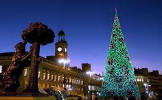 Las luces en las calles, el mercado navideño de la Plaza Mayor, la cabalgata de Reyes y las exposiciones de Belenes son las señas de identidad de la Navidad en Madrid. No hay nieve pero los frioleros incluso lo agradecerán...