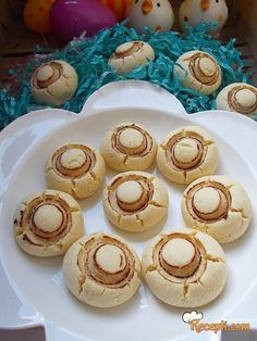 Recept za Slatke Šampinjone. Za spremanje poslastice neophodno je pripremiti maslac, šećer, jaja, brašno, gustin, prašak za pecivo, kakao.