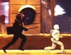 えっ…追いかけられているのはロボット?