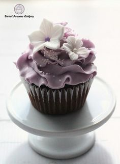 Simple and elegant purple cupcakes with white flowers. Rustic Cupcakes, Rustic Wedding Cake Toppers, Wedding Cakes With Cupcakes, Cool Wedding Cakes, Fun Cupcakes, Wedding Desserts, Birthday Cupcakes, White Fondant Cake, Fondant Cupcake Toppers