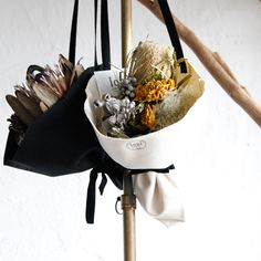 logi オリジナルブーケ型アレンジメントドライフラワー - DAILYSHOP 6,480円(税込) How To Wrap Flowers, How To Preserve Flowers, Flower Bar, Flower Boxes, Flowers Nature, Green Flowers, Flower Images, Flower Photos, Dried Flower Arrangements