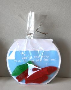 "Fishy valentines. ""I'm glad you're in my school"" ""I saw you and I was hooked"" ""You're the only fish in the sea for me"". Fish tank/goldfish bowl art in a clear bag with Swedish fish."