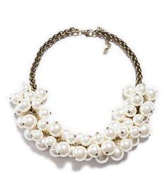 Las perlas de gran tamaño son tendencia y podrán encontrarlas en collares y demás accesorios ¿les gustan?