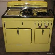 This was such a cool stove. A griddle on the left, three burners, and a deep well in the back for soup, or keeping rolls warm. The griddle opened up and you could broil stuff under it too. Antique Kitchen Stoves, Vintage Kitchen, Vintage Appliances, Kitchen Appliances, Yellow Kitchens, Old Stove, Vintage Stoves, Kensington London, Vintage Cookbooks