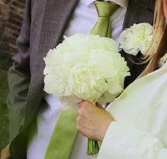 #bruidegomcorsage #bruidsboeket van alleen maar witte pioenen by funkyflowers.nl