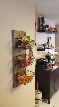 Küchen Inspiration - Deko und Aufbewahrungsmöglichkeit gleichzeitig: Praktische Drahtkörbe angebracht als Wandregal sorgen für eine aufgeräumte Küche und halten Obst und Gemüse. #küchenhacks #aufbewahrung #selbstgemacht #diy #praktisch #kücheninspiration
