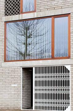 In de leefruimte van dit rijhuis in Antwerpen kan je nauwelijks geloven dat de gevel maar 5,5 meter breed is. Dat ruimtelijk effect bekwam de architect doo...