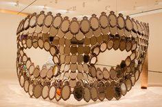 Joana Vasconcelos' retrospective at the Guggenheim Bilbao explores her conceptual works that challenge ideas of femininity and consumerism. Trip Hop, Guggenheim Museum Bilbao, Street Art, Textile Sculpture, Jeff Koons, Hirst, Art Design, Lovers Art, Art Inspo