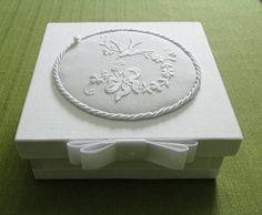 Caixa de MDF forrada em fustão com medalhão bordado. Toalhinha para Batismo bordada na cambraia de linho ou algodão.