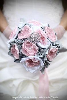 8167cc123bf mariage rétro chic romantique bouquet de mariée bijou rose poudré gris  clair blanc broche Melle Cereza