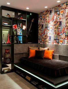idées pour la chambre d'ado fille, sol en parquet clair, couverture de lit noire, coussins colorés