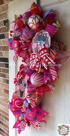 Candy Land Christmas, Christmas Swags, Christmas Things, Christmas 2019, Easy Burlap Wreath, Diy Wreath, Christmas Arrangements, Christmas Centerpieces, Christmas Decorations