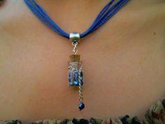 De Nanoja. Collar en hilo con dije botellita y piedras azules tornasolados. https://www.facebook.com/pages/Nanoja/100973873394780
