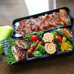 息子の#お弁当 #焼肉弁当 アスパラガスと人参の豆腐つくね うな次郎(一正蒲鉾) カステラ風玉子焼き 春キャベツのコンソメ煮 昨日は、土用の丑の日だったんですねフォロワーさんの鰻を見て食べたくなっちゃった鰻じゃないけど、魚のすり身で作られた鰻もどきの、うな次郎、以前主人が美味しかったと言っていたので安くなっていたから買いました 今日は、お肉たっぷりだよね(๑◔‿◔๑) #おべんとう#高校生弁当#高校生男子弁当#男子弁当#二段弁当#食育#献立#栄養#メニュー#料理#手料理#料理写真#焼肉#肉#おひるごはん#ランチ#cooking#foodpic#Instapic#Instafood#Japanesefood#obento#obentopark#lunch#lunchbox#ruhru春のおうちごはんコンテスト#クッキングラム Cute Food, I Love Food, Yummy Food, Japanese Food Sushi, Bento Recipes, Food Decoration, Food Platters, Aesthetic Food, Asian Recipes
