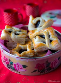 Joulutorttuja on monenlaisia. Finnish Recipes, Christmas Baking, Deserts, Goodies, Food And Drink, Christmas Decorations, Pudding, Chocolate, Eat